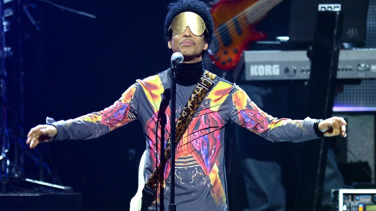 """Prince arbore un look """"années 70"""", à sa manière, avec coupe afro et tunique psychédélique sur la scène du iHeart Music Festival au Grand Garden Arena de Las Vegas (Etats-Unis), le 22 septembre 2012.  (ISAAC BREKKEN / GETTY IMAGES NORTH AMERICA)"""