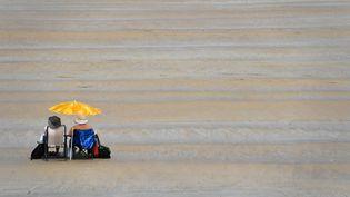 Des vacanciers se rafraîchissentsur la plage de Saint-Malo (Ille-et-Vilaine), mardi 20 juin 2017. (DAMIEN MEYER / AFP)
