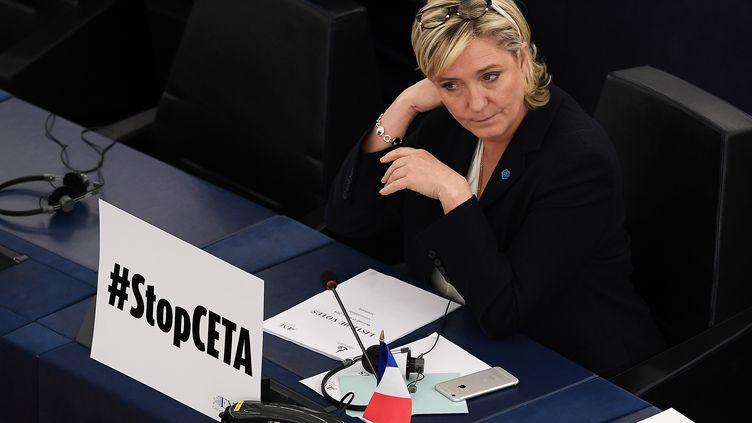 Marine Le Pen lors d'une session au Parlement européen, à Strasbourg, le 15 février 2017. (FREDERICK FLORIN / AFP)