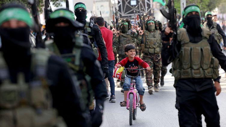 Un enfant au milieu d'un défilé militaire du Hamas à Gaza, le 22 mai 2021. (EMMANUEL DUNAND / AFP)