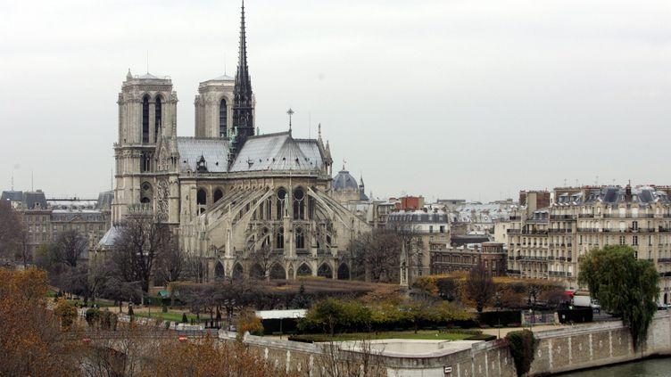 Notre-Dame-de-Paris photographiée en décembre 2005, sa flèche encore intacte. (MATTHIEU DE MARTIGNAC / MAXPPP)