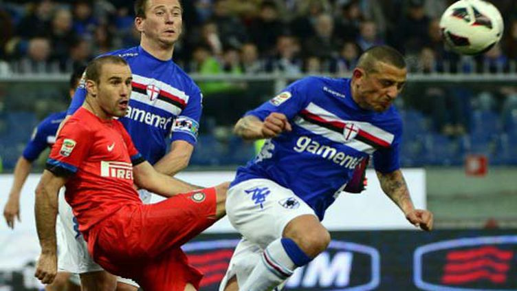 Rodrigo Palacio, l'attaquant de l'Inter Milan, aux prises avec le défenseur de la Sampdoria Angelo Palombo (OLIVIER MORIN / AFP)
