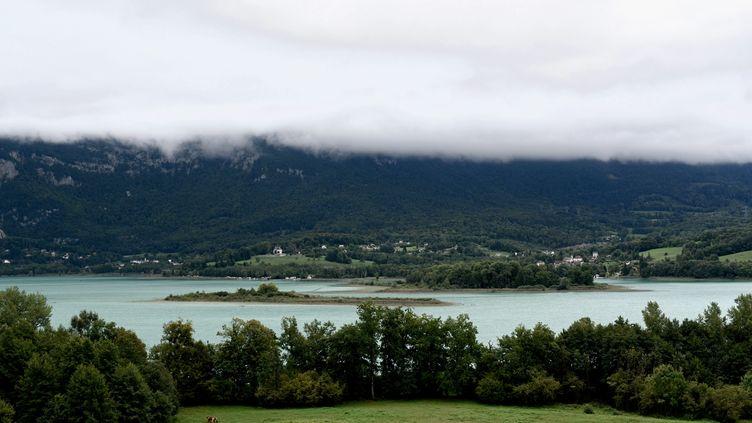 Le lac d'Aiguebelette (Savoie) où des plongeurs cherchent le corps de Maëlys, le 6 septembre 2017. (JEFF PACHOUD / AFP)