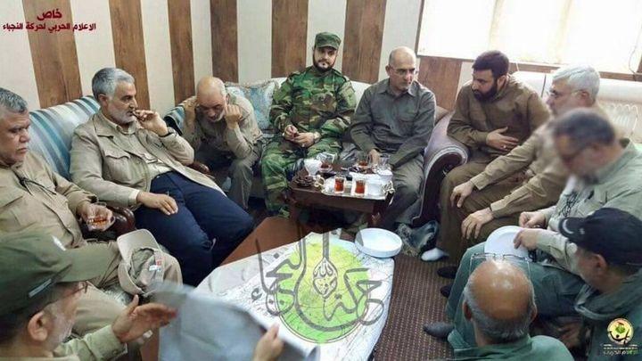 La photo du Chef de la force iranienne Al-Qods, Qassem Suleimani (à droite), à Falloujah, incrustée du logo de Harakat al-Nujama, une milice chiite irakienne proche de l'Iran et du Hezbollah. (Capture d'écran Twitter)