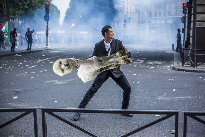 """Détournement d'une photo du photoreporter Laurent Troudé, pour """"Libération"""",prise samedi 19 juillet 2014, à Paris. (REDDIT / FRANCETV INFO)"""