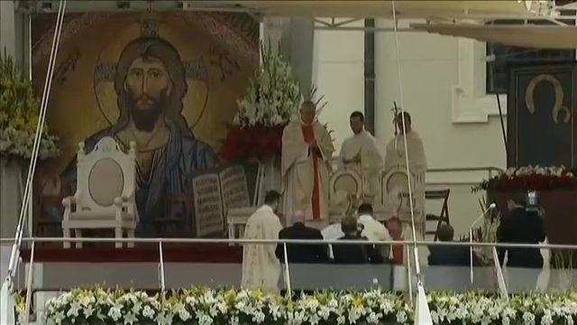 En Pologne, le pape François rate une marche et tombe en pleine messe