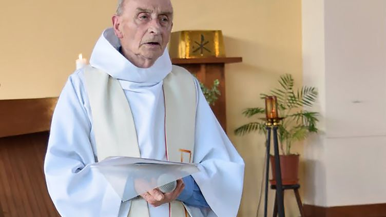 Le père Jacques Hamel, prêtre assassiné le26 juillet 2016 à Saint-Etienne-du-Rouvray (Seine-Maritime), lors d'une messe célébrée dans son église le 11 juin 2016. (AFP)