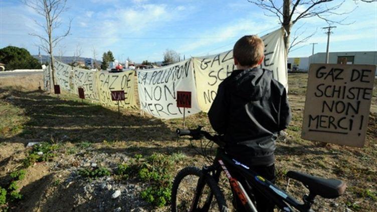 Des banderoles contre l'exploitation de gisements de gaz de schiste le 26 février 2011 à Villeneuve de Berg. (AFP - Jean-Pierre Clatot)