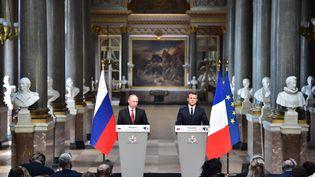 Vladimir Poutine et Emmanuel Macron devant la presse, à Versailles (Yvelines), le 29 mai 2017. (CHRISTOPHE ARCHAMBAULT / AFP)