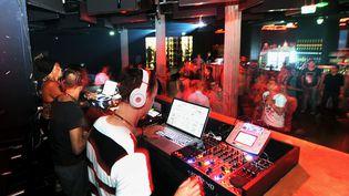DJ en boîte de nuit, un métier menacé par le coronavirus (photo d'illustration). (SEBASTIEN JARRY / MAXPPP)