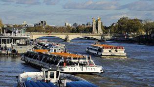 Des navettes fluviales sur la Seine, aux abords des 7e et du 8e arrondissements de Paris, le 17 novembre 2013. (TRIPELON-JARRY / ONLY FRANCE / AFP)
