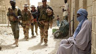 Des soldats français en patrouille à Tombouctou, au Mali, le 6 juin 2015. (PHILIPPE DESMAZES / AFP)