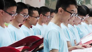 Des lycéens chinois chantent un poème musical à Jinan, dans la province chinoise du Shandong, le 9 juin 2014. (LUO BO / IMAGINECHINA / AFP)