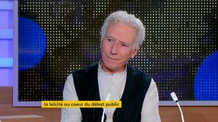 """Henri Pena-Ruiz, docteur en philosophie et auteur du """"Dictionnaire amoureux de la laïcité"""", était l'invité du journal de 23 Heures de franceinfo, samedi 24 octobre. Il a décrypté ce terme qui est au cœur du débat public depuis l'assassinat de Samuel Paty. (FRANCEINFO)"""