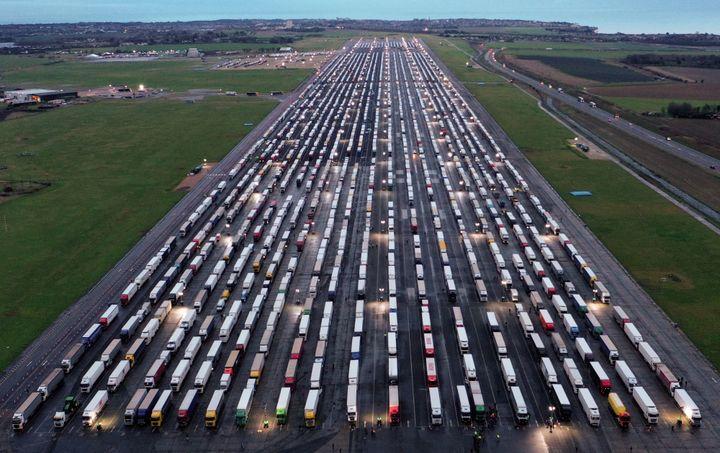 Le tarmac de l'aéroport de Manston, près de Ramsgate (Royaume-Uni), est réquisitionné pour accueillir les camions en attente de quitter l'île pour rejoindre le continent européen, le 22 décembre 2020. (WILLIAM EDWARDS / AFP)