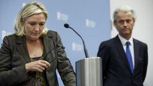 Marine Le Pen et Geert Wilders, le leader du Parti pour la liberté néerlandais,le 13 novembre 2013, lors d'une conférence de presse commune à La Haye (Pays-Bas). (MARTIJN BEEKMAN / ANP MAG / AFP)