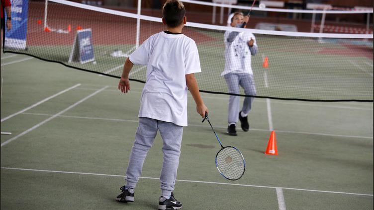 Deux adolescents jouent au badminton (photo d'illustration). (LUC NOBOUT / MAXPPP)