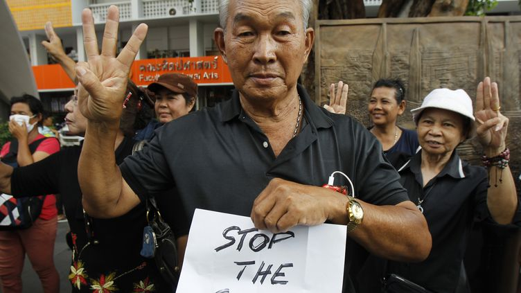 """Un opposant au coup d'Etat reproduit le salut à trois doigts de """"The Hunger Games"""", lors d'un rassemblement, à Bangkok (Thaïlande), le 1er juin 2014. (CHAIWAT SUBPRASOM / REUTERS)"""