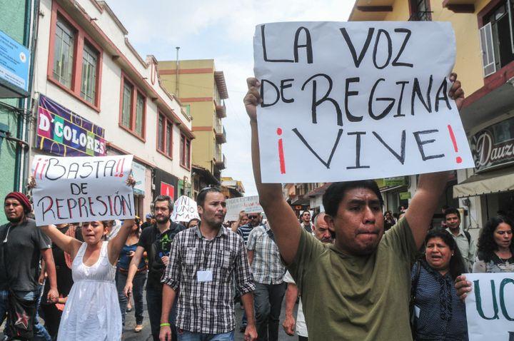 Des camarades journalistes, photographes et amis défilent dans les rues de la ville jusqu'à la Plaza Lerdo devant le palais du gouvernement, pour demander justice pour le meurtre de la journaliste Regina Martínez. (MIGUEL ANGEL CARMONA / PROCESO)