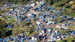 """Photo aérienne de la """"nouvelle jungle"""" à Calais (Pas-de-Calais), datée du 8 octobre 2015. (DENIS CHARLET / AFP)"""