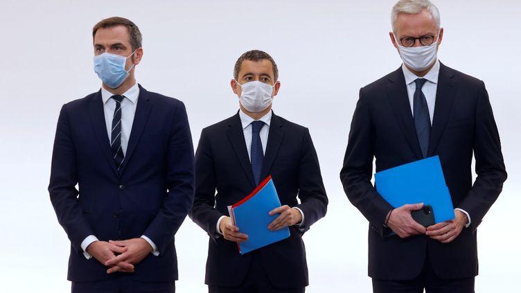 Olivier Véran, Gérald Darmanin et Bruno Le Maire, respectivement ministres de la Santé, de l'Intérieur et de l'Economie, à Paris, le 15 octobre 2020. (LUDOVIC MARIN / AFP)