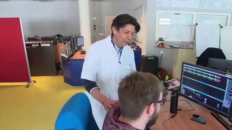 Des étudiants en médecine sont formés pour aider le SAMU à faire face au flux de demandes liées au nouveau coronavirus. (France 2)
