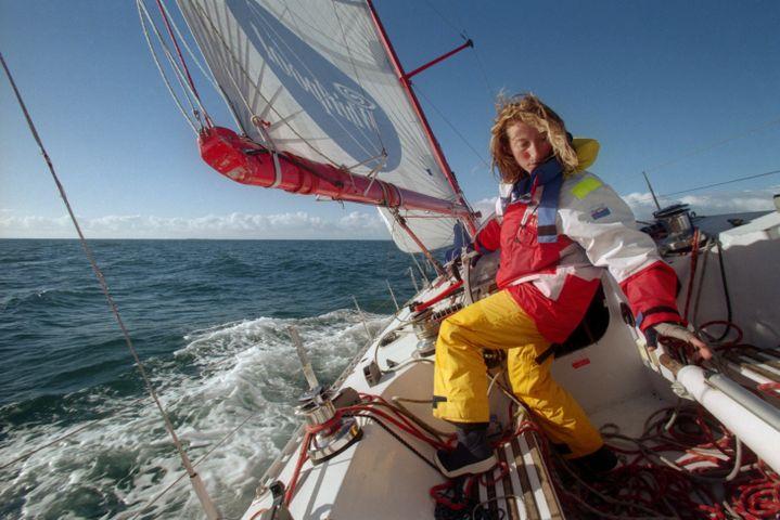 La skippeuse française Catherine Chabaud lors d'une session d'entraînement sur son bateau Whirlpool-Europe 2, le 2 octobre 1996, au large des Sables-d'Olonne (Vendée). (MARCEL MOCHET / AFP)