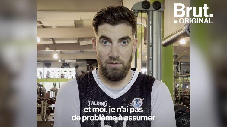 """VIDEO. """"Je n'ai pas de problème à assumer le regard des gens"""", assure Vincent, basketteur de 2m22 (BRUT)"""