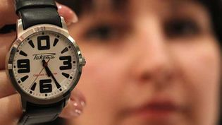 (Une employée montre un modèle classique de montre Raketa © Christian Hartmann/Reuters)