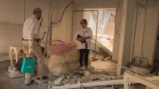 De nombreux habitants tentent toujours de retrouver leurs proches après la catastrophe qui a ravagé la ville. (FRANCE 2)