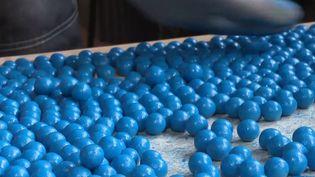 En Mayenne, un entrepreneurveut relancer la mode des billes en terre. Il a racheté des machines pour relancer la fabrication de ces pièces de jeu culte. (france 3)