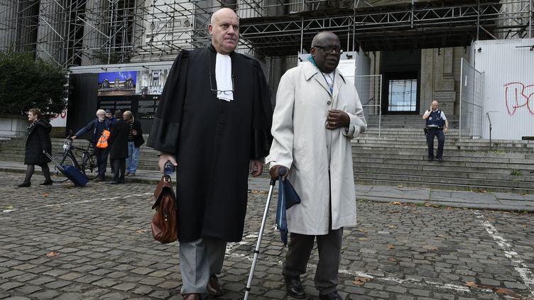 Le Rwandais Fabien Neresté, à droite de son avocat Jean Flamme, devant le palais de justice de Bruxelles (Belgique), le 4 novembre 2019. (JOHN THYS / AFP)