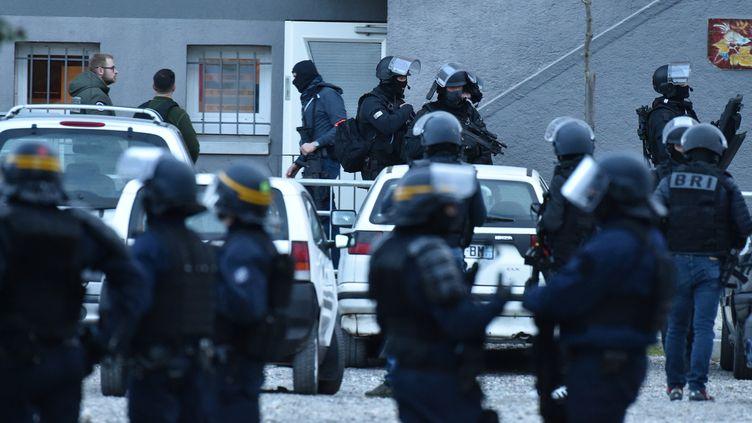 Des forces de police perquisitionnent la cité Ozanam de Carcassonne (Aude) où vivait Radouane Lakdim, vendredi 23 mars 2018. (PASCAL PAVANI / AFP)