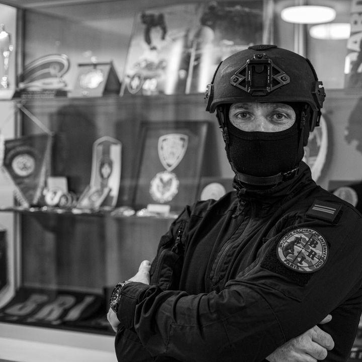 """""""Bobby"""", policier de labrigade de recherche et d'intervention (BRI) qui faisait partie de l'une des deux colonnes qui ont donné l'assaut au Bataclan, le 13 novembre 2015. Il est ici photographié par David Fritz-Goeppinger, qui était l'un des otages sauvés ce soir-là. (DAVID FRITZ-GOEPPINGER POUR FRANCEINFO)"""