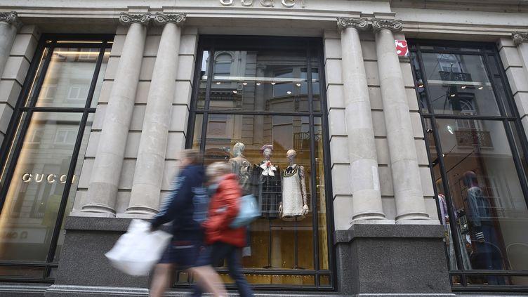Des passants devant une boutique de luxe, à Londres, le 2 juin 2016. (NEIL HALL / REUTERS)