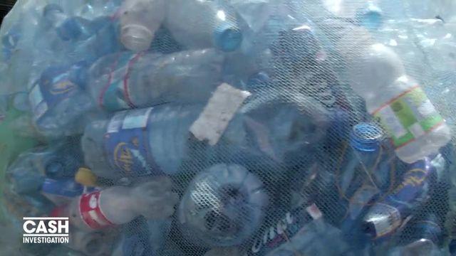 VIDEO. Tanzanie : l'enfer vécu par les ouvriers qui grimpent une montagne de plastique avec des ballots de 70kg