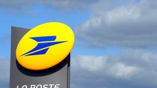 Photo d'un logo de La Poste à Tregunc, dans le Finistère, le 20 mars 2012. (FRED TANNEAU / AFP)