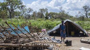 Une femme se tient debout,le 28 janvier 2021, près des ruines de sa maison détruite par le cyclone Eloïse à Chinamaconde (quartier de Dondo) dans la ville côtière de Beira, située dans le centre du Mozambique. (ALFREDO ZUNIGA / AFP)