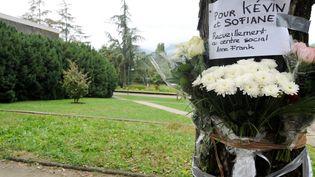 Un bouquet de fleurs déposé sur les lieux de la mort de Kevin et Sofiane,le 30 septembre 2012 à Echirolles (Isère). (JEAN-PIERRE CLATOT / AFP)