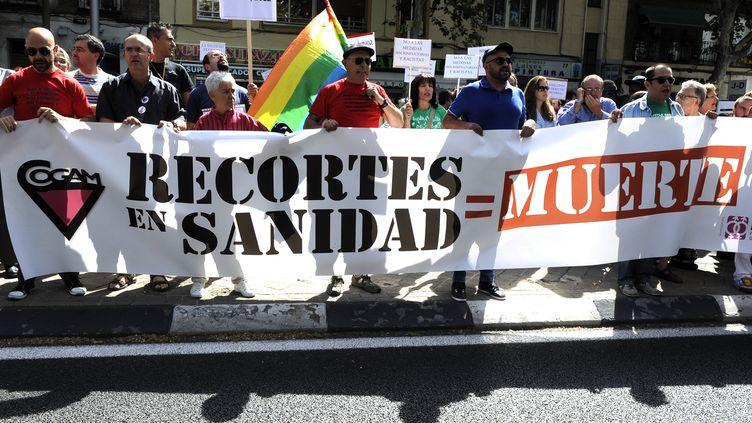 Des manifestants protestent contre les coupes budgétaires dans le domaine de la santé, en septembre 2012, à Madrid (Espagne). (DOMINIQUE FAGET / AFP)