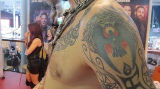 Le premier tatouage de Sacha, vendredi 6 mars 2015 lors du Mondial du tatouage organisé à la Grande halle de la Villette, à Paris. (VINCENT MATALON / FRANCETV INFO)
