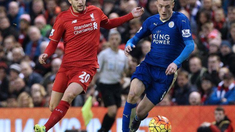 Adam Lallana (Liverpool) au coude à coude avec Jamie Vardy (Leicester)  (LINDSEY PARNABY / AFP)