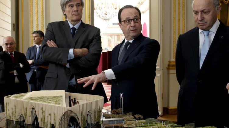 Stéphane Le Foll, François Hollande et Laurent Fabius regardent la maquette du pavillon français à l'Exposition universelle de Milan, le 18 mars 2015. (PHILIPPE WOJAZER / REUTERS )