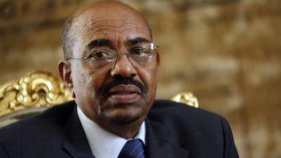 L'ancien président soudanais Omar el-Béchir, lors d'une visite au Caire (Egypte), le 22 février 2009. (KHALED DESOUKI / AFP)