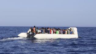 Selon la Croix-Rouge, les départs en bateau de la Libye reprennent depuis que le beau temps est revenu. (Photo d'archive) (STRINGER / AFP)
