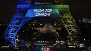La Tour Eiffel illuminée le 3 février 2017 pour la candidature de la vile de Paris aux JO de 2004 (PATRICK KOVARIK / AFP)