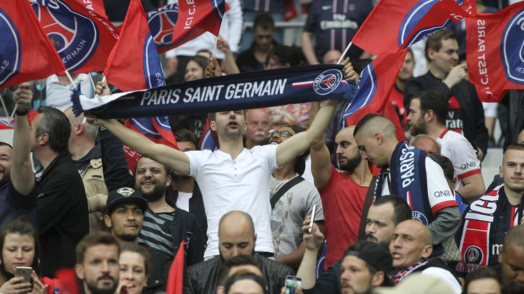 Les supporters parisiens en train d'encourager dans les tribunes (CITIZENSIDE/ELYXANDRO CEGARRA / CITIZENSIDE)