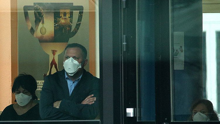 L'équipe du collège Jean de La Fontaine à Crépy-en-Valois(Oise) porte des masques alors que la ville est repérée comme un foyer de l'épidémie de coronavirus, le 2 mars 2020. (FRANCOIS NASCIMBENI / AFP)