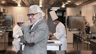 Le chef triplement étoilé Alain Ducasse a ouvert en novembre 2020 une nouvelle école de cuisine qui porte son nom, à Meudon, en banlieue parisienne. (ALAIN JOCARD / AFP)