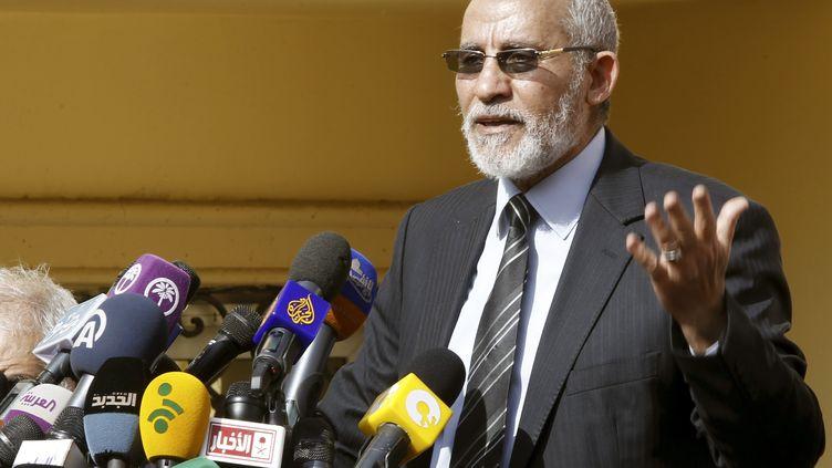 Mohamed Badie, chef des Frères musulmans en Egypte, s'adresse aux médias, le 8 décembre 2012 au Caire. (AMR DALSH / REUTERS)